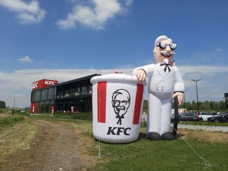 KFC Duiven geopend: 'Eigenlijk moet ik aan mijn lijn denken'