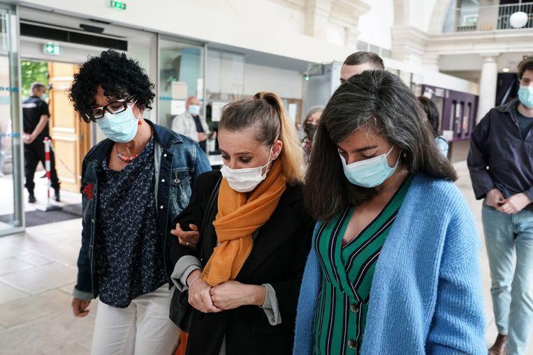 Valérie Bacot (midden) komt aan in het gerechtsgebouw. Beeld AP