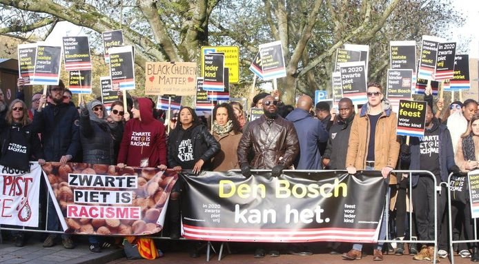 """Kick Out Zwarte Piet had bij de intocht in Den Bosch geen beveiligers bij zich, zoals na de ongeregeldheden vorige week in Den Haag was aangekondigd. Voorzitter Jerry Afriyie: ,,We hebben vertrouwen in de politie, dat die ons overal beschermt."""" Volgens de groepering waren er precies 111 demonstranten tegen Zwarte Piet aanwezig."""