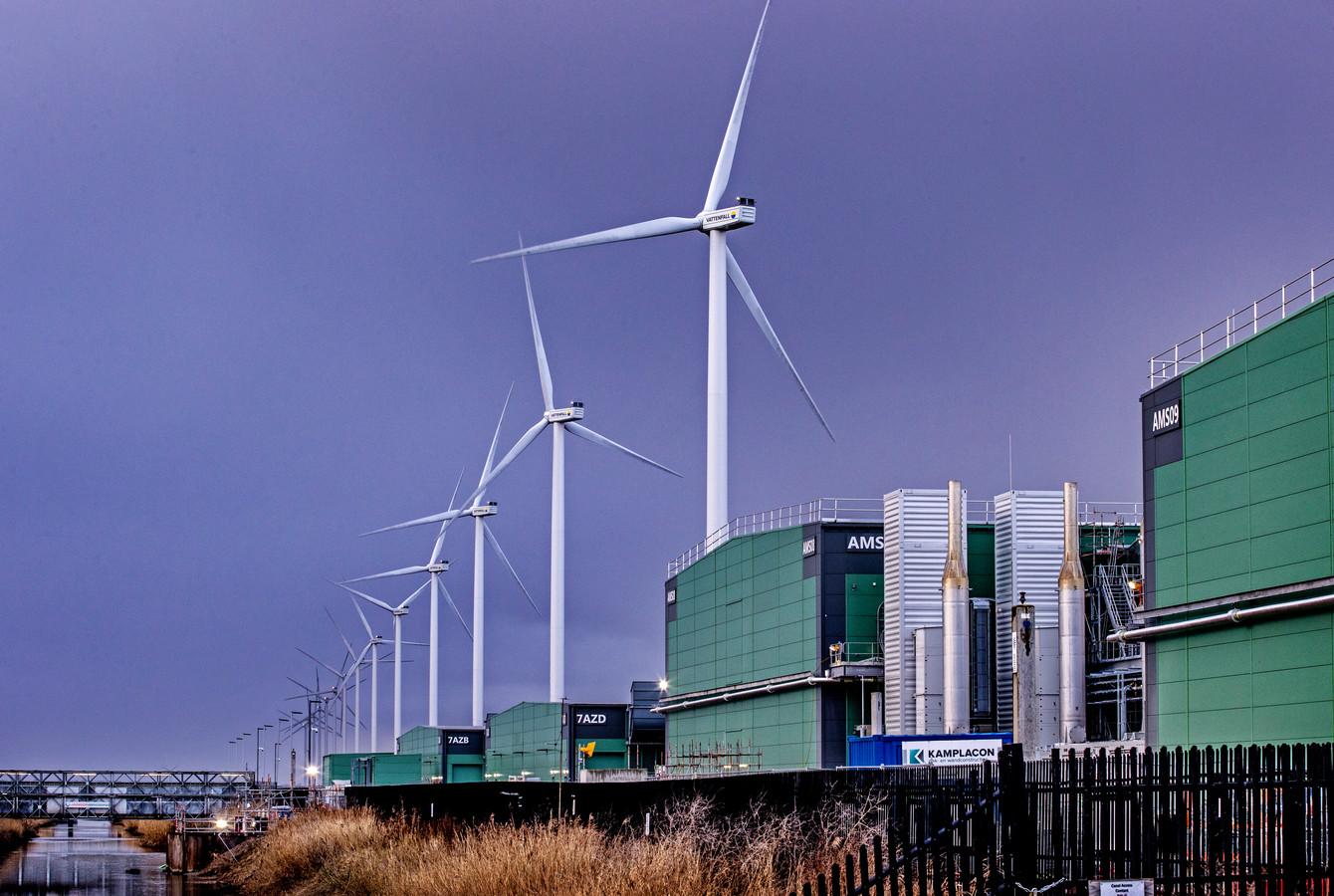 De Vattenfall-molens Agriport langs de A7, op de voorgrond industrieterrein Hollands Kroon.