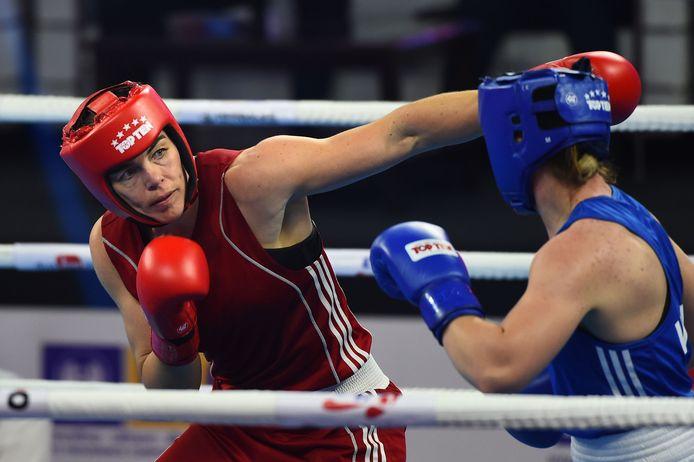 Lauren Louise Price en Nouchka Fontijn (links) strijden tijdens de halve finale van de categorie middenklasse (75 kg) voor vrouwen tijdens de AIBA wereldkampioenschappen boksen.