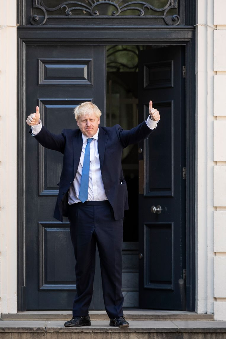 Johnson gisteren bij het verlaten van het hoofdkantoor van de Conservatieven, die hem net als partijleider en premier hadden gekozen. Beeld Dan Kitwood/Getty Images