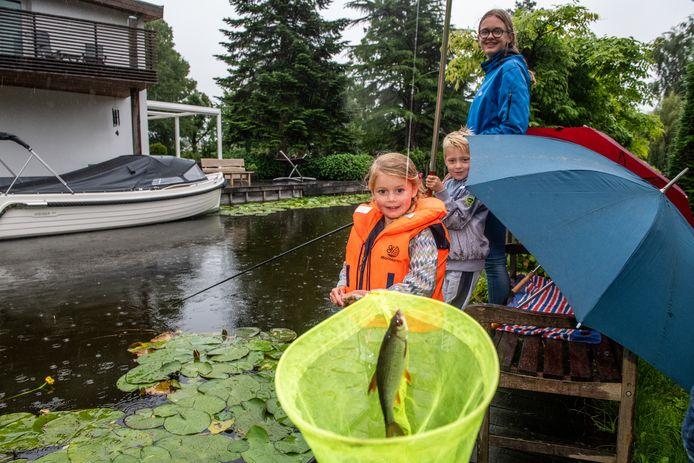 Lieke van Soest vist samen met haar neefje Jesse van der Vaart en nichtje Nora van der Vaart bij de Nieuwkoopse Plassen.
