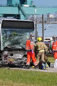 Automobilist overleden na botsing met RET-bus bij Pernis, roep om maatregelen op Vondelingenweg