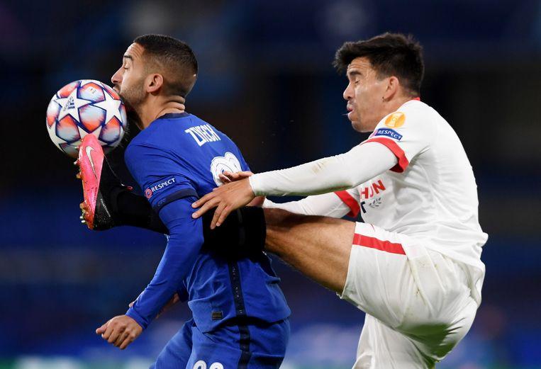 Hakim Ziyech voor Chelsea in actie tegen Marcos Acuna in de Champions League wedstrijd tegen Sevilla.  Beeld EPA