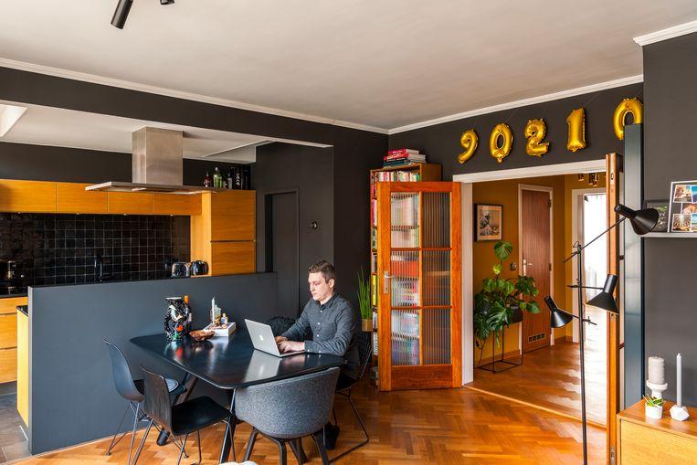 Thomas Desmet bouwt zijn interieurcarrière verder uit en werkt daarom sinds kort drievijfde. © Luc Roymans Beeld null