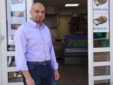 Syrische apotheker staat noodgedwongen in snackbar: 'Ik wil geld verdienen om hier in de zorg te kunnen helpen'