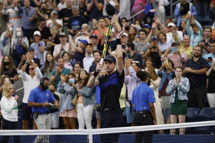 Botic van de Zandschulp bedankt het publiek op de US Open na het bereiken van de kwartfinale.