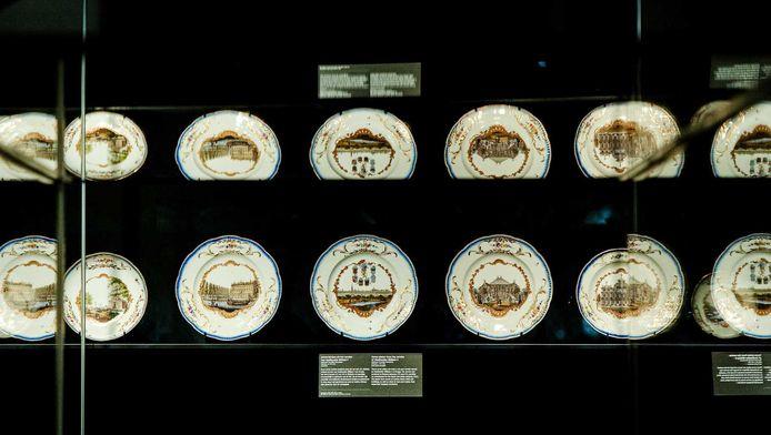 Borden uit het zogenaamde Meissen-servies in het Rijksmuseum.
