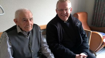 Pastoor Penne op bezoek bij oudste parochiaan Jef (101)