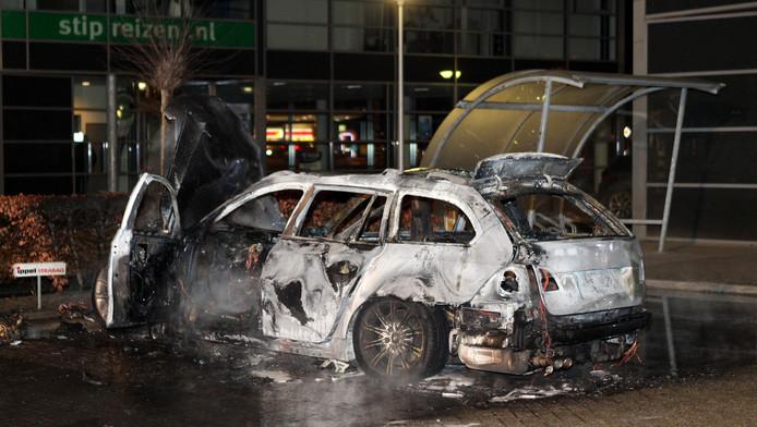 Een uitgebrande auto staat aan de Hogeweg in Zaltbommel. Het voertuig zou gebruikt zijn als vluchtauto door schutters die betrokken zijn bij de schietpartij in Kerkdriel.