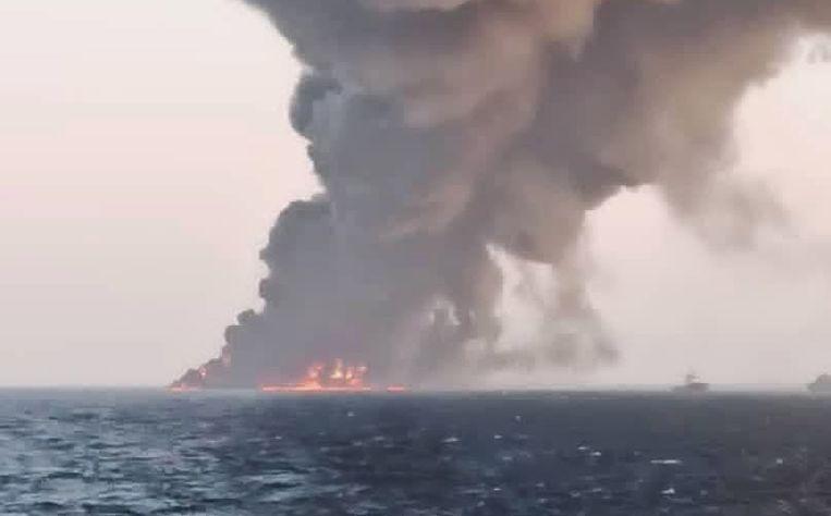 Na een grote brand is Iraans bevoorradingsschip Kharg gezonken in de Golf van Oman. Beeld EPA