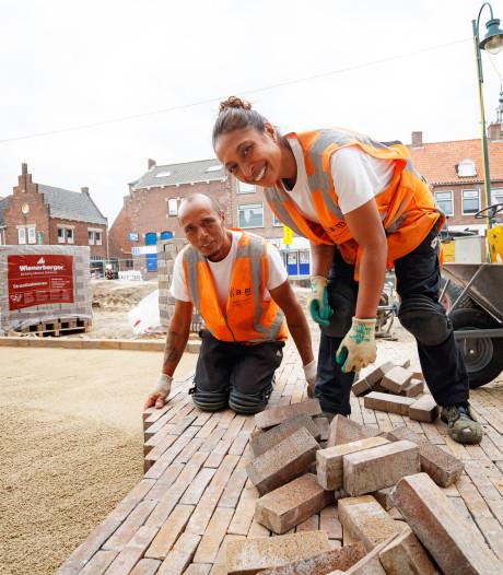 Onafscheidelijk stratenmakersechtpaar werkt samen aan nieuw centrum Zevenbergen: 'Rosina heeft haar bekkie wel bij zich!'
