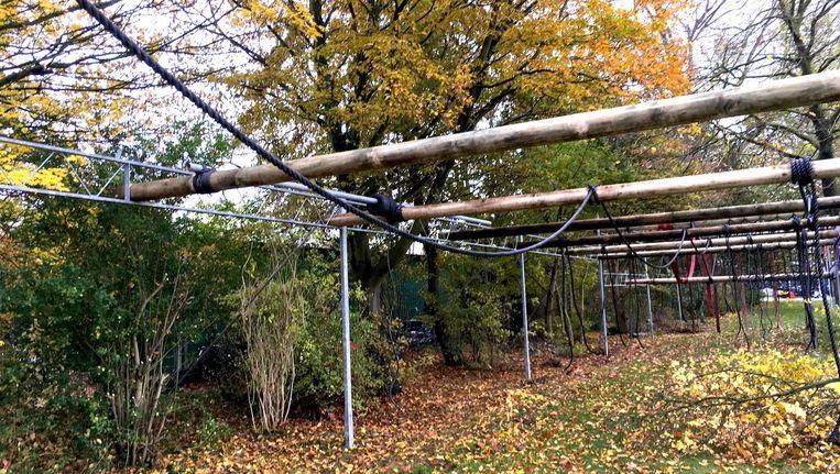 De touwen en de hindernissen staan klaar voor de eerste survivalsporters. Beeld Ruig