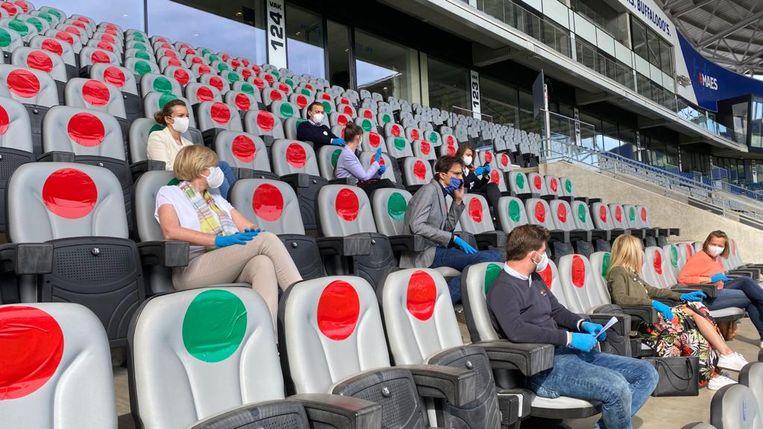 Op deze manier kunnen 5.000 mensen 'veilig' een voetbalmatch volgen in de Ghelamco Arena.