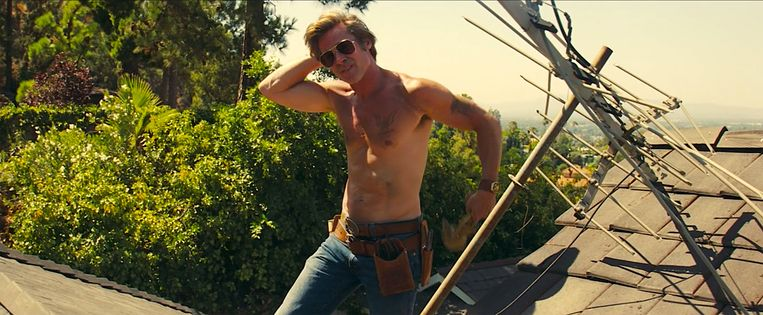 Brad Pitt als klussende stuntman in Once Upon a Time in... Hollywood (2019). Beeld
