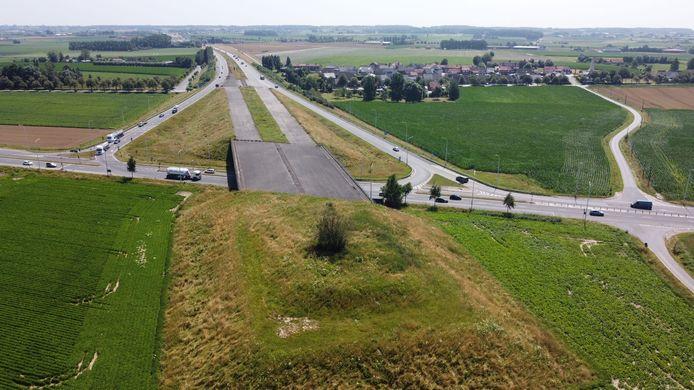 Hier eindigt de A19: met een spookbrug die zelfs een plaats in de lijst van grote nutteloze bouwwerken in België op Wikipedia behaalde.