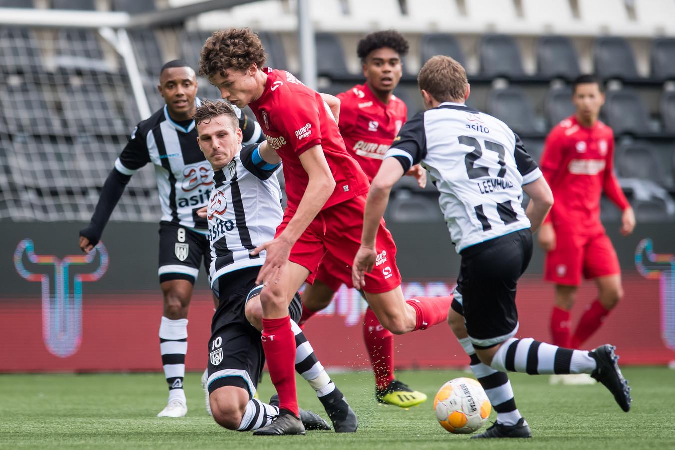 Mats Wieffer vorig seizoen in actie in de derby tegen de reserves van Heracles.