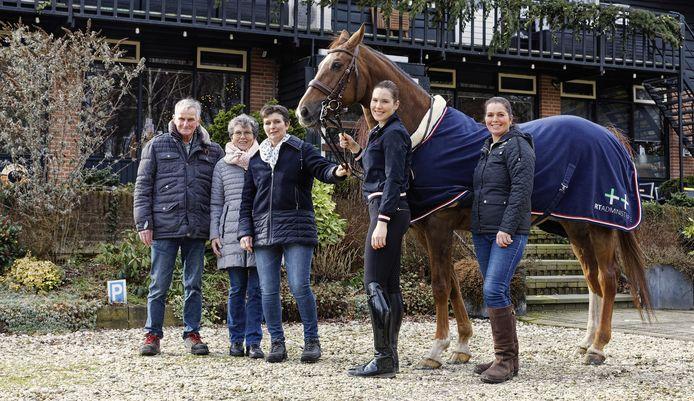 Rien en Ria Schellekens (links) hebben manege De Rekkendonken inmiddels overgedragen aan hun dochters Jolanda (midden) en Liane (rechts) en kleindochter Rinke. Ze poseren met paard Fabio.