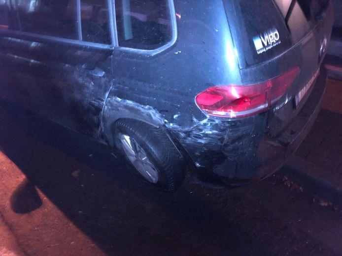 De Mercedes van de gangsters ramde twee geparkeerde wagens.