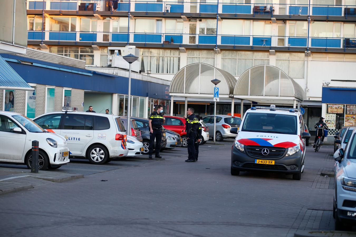 De politie doet onderzoek naar de melding over een schietpartij in Zwijndrecht, zondag rond 18.00 uur aan de Burgemeester Jansenlaan.