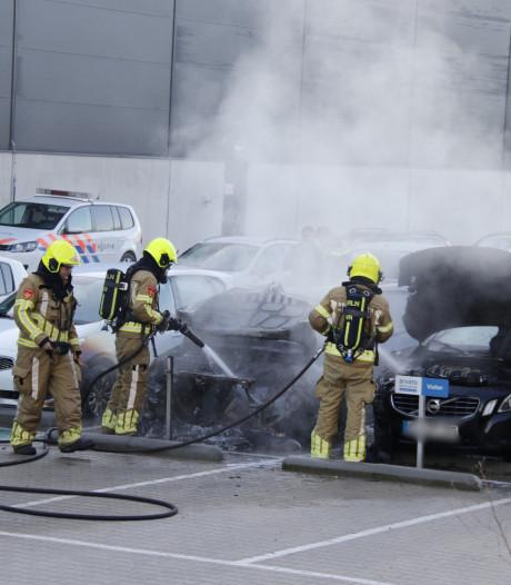 Auto brandt volledig uit op bedrijventerrein in Heijen