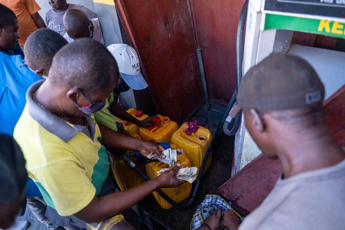 Haitiani che cercano di ottenere carburante scarso