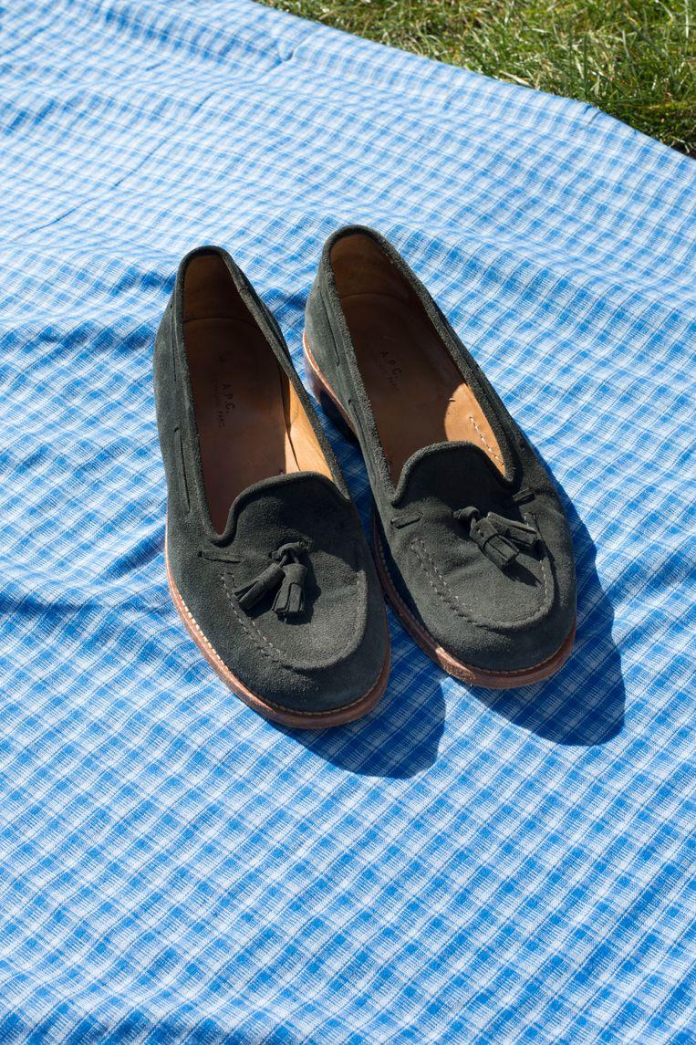 Topstuk: suède loafers van het merk A.P.C., maat 40 (vraagprijs: 25 euro). Beeld Annabel Miedema