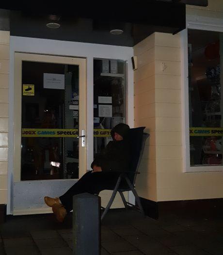 Moeder die hele nacht voor winkel bivakkeerde: 'De Playstation is binnen, godzijdank!'