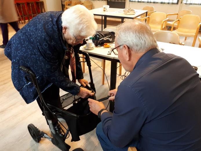 Een kopje koffie, gereedschap, een vrijwilliger (Jack van de Vendel, rechts) en een bezoeker met een kapotte rollator (Hilde Mulder, links). Alle ingrediënten voor een geslaagd Repair Café.