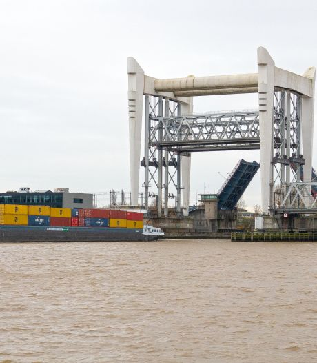 Containerschip schampt spoorbrug tussen Dordrecht en Zwijndrecht