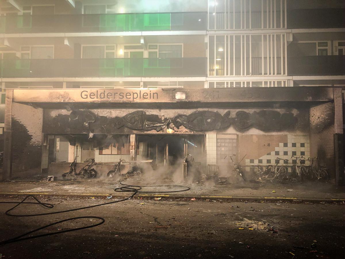 De entree van de flat aan het Gelderseplein in Arnhem is door brand verwoest.
