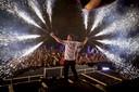 Dimitri Vegas op het podium van hun vaste discotheek op Ibiza, Ushuaïa.