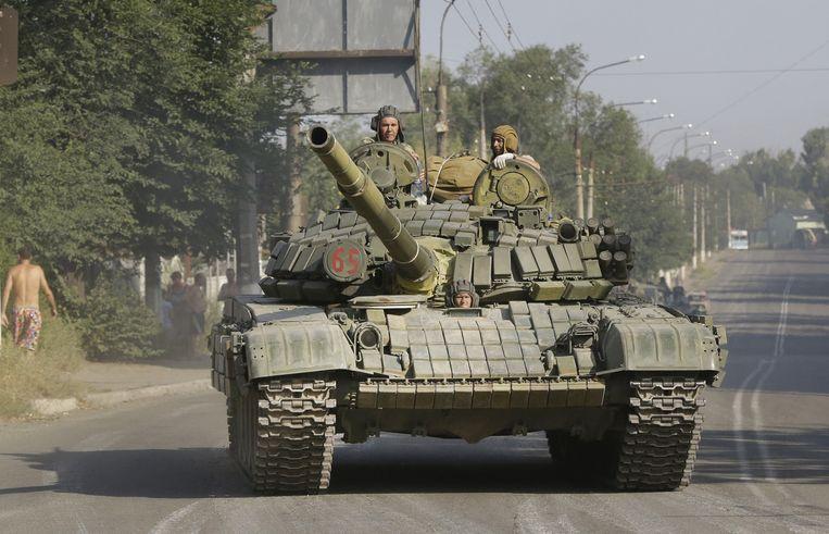 Twee beelden van een rebellenkonvooi in Krasnodon, Oost-Oekraïne. Beeld ap