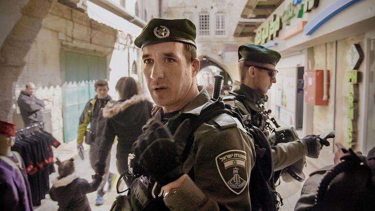 Andy gaat onder meer op pad met de Israëlische grenspolitie.