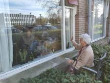 Stoel in de tuin, raam op een kier: zo kan demente man toch met zijn vrouw praten