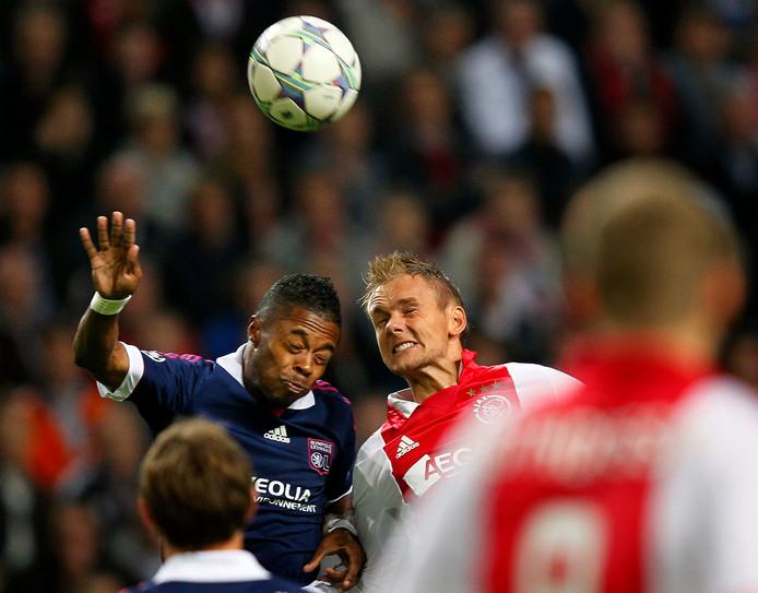 Ajax-Olympique Lyon: Siem de Jong vecht een luchtduel uit met Michel Bastos.