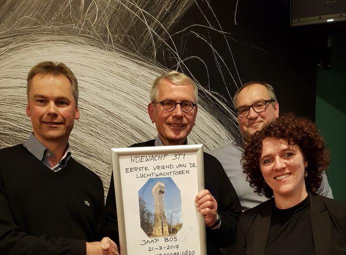 Voormalig wethouder Jaap Bos (tweede van links), de eerste vriend van de luchtwachttoren van Koewacht, met bestuursleden Stichting Vrienden van Luchtwachttoren Koewacht, Pol van de Vijver (links), Robby Wijnacker en Cindy de Maesschalk.