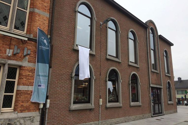 Aan het gemeentehuis van Lede hangt alvast een wit laken uit.