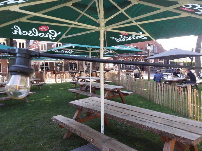 Het terras op het Vrijthof in Hilvarenbeek gaat maandag om 12 uur open: sfeertje in coronatijd