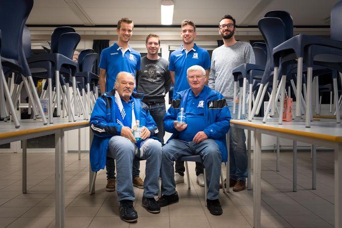 Leden van FC Blaasveld met hun fles gin in de hand.