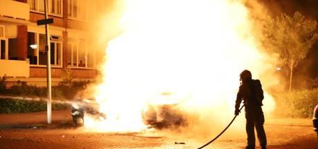 Geparkeerde auto's gaan in vlammen op