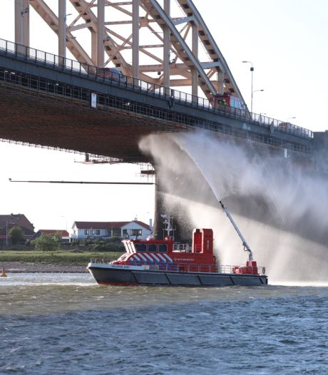 Brand onder Waalbrug is mogelijk aangestoken