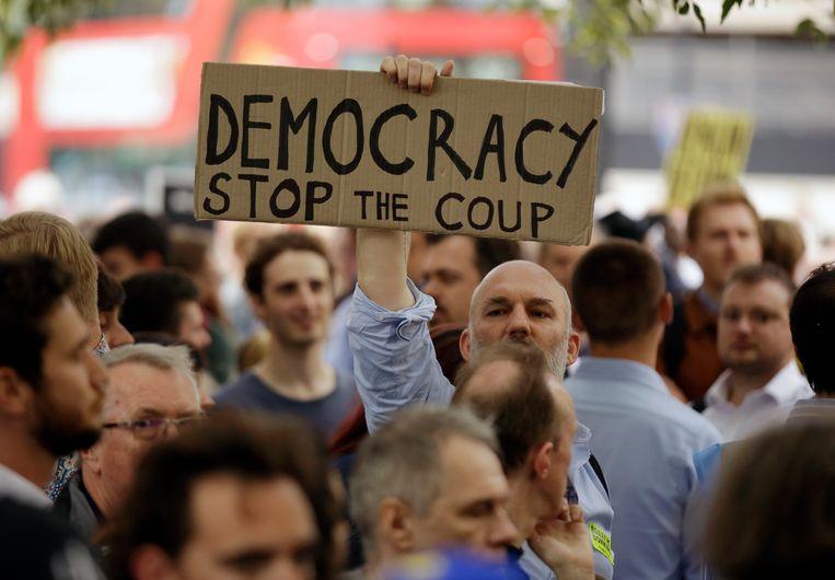 Duizenden demonstranten kwamen gisteren massaal op straat om te protesteren tegen de beslissing van Boris Johnson. Beeld AP