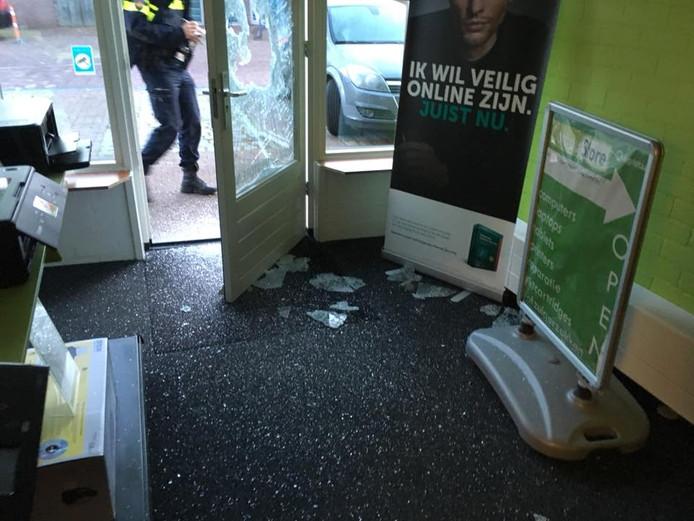 De Compustore-winkel in de Prinsenstraat in Dalfsen lag vol met glasscherven na de poging  tot inbraak.