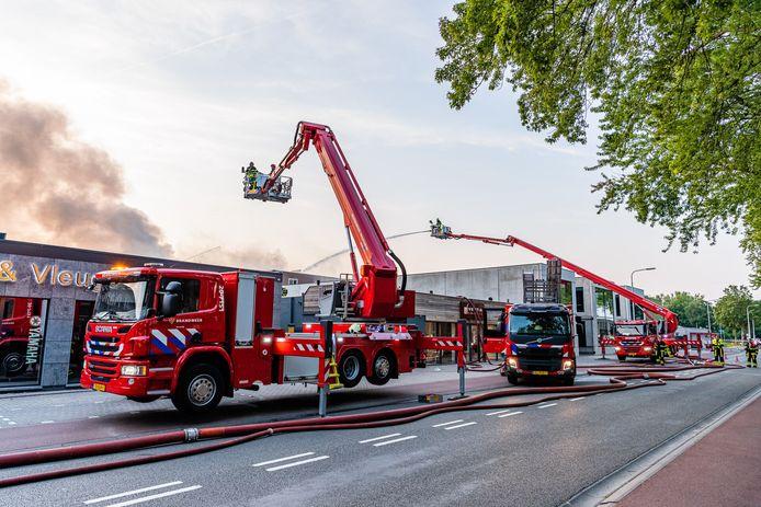 Brandweer is met meerdere voertuigen aanwezig voor de brand op industrieterrein in Tilburg.