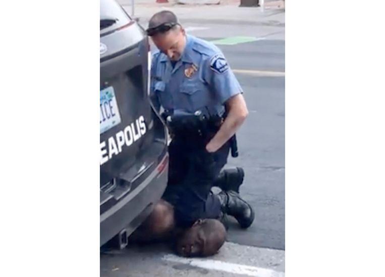 Een beeld uit de video van Frazier toont hoe toenmalig agent Derek Chauvin minutenlang zijn knie op de keel van George Floyd zette. Chauvin werd enkele weken geleden veroordeeld voor moord. Beeld AP
