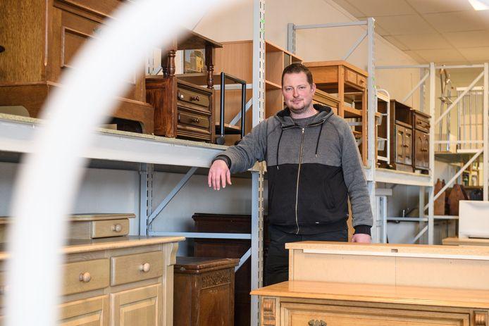 Henk Wolters tussen spullen van Kringloop De Tweede Ronde in Nijverdal.