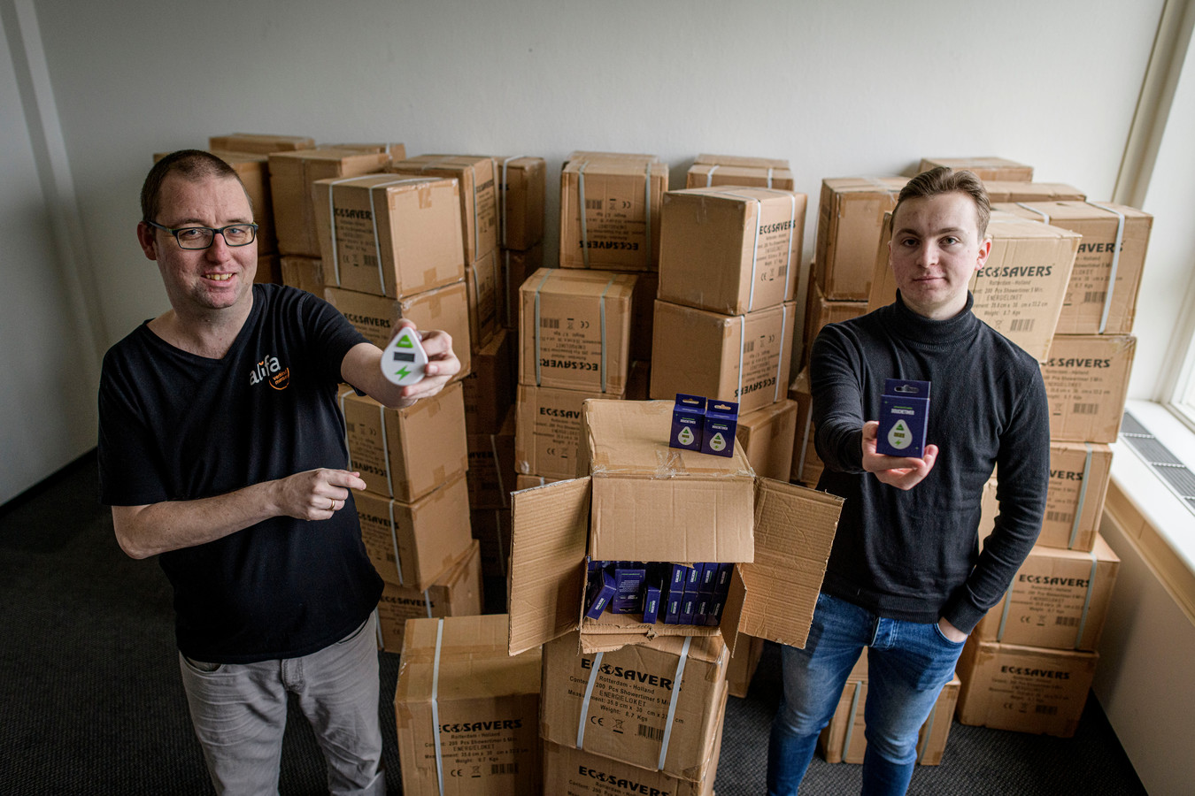 Django Deutscher (links) en Jesse van het Bolscher van Alifa bij de dozen met bestellingen bij het Energieloket. Dagelijks komen er tweehonderd bestellingen binnen bij het Energieloket.