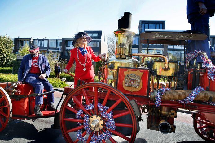 Burgemeester Reinie Melissant bezocht de gedecoreerden in Gorinchem met een oude stoomspuit.